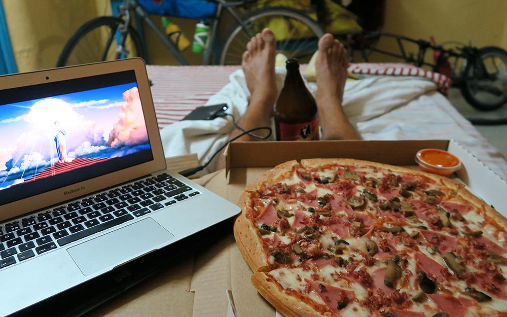 A la Paz, celebrant en una pensió i amb una pizza el retorn a la civilització.