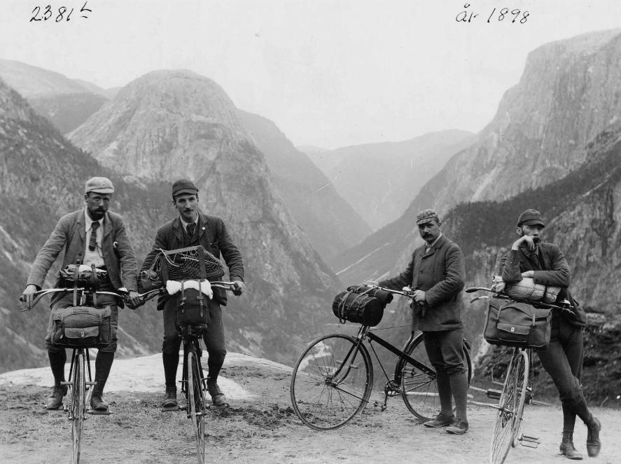 """La bicicleta de seguretat va ser inventada als anys 1880 i va substituir aquell velocípede clàssic que té la roda del davant tan gran. El nou quadre i les rodes petites feien que el ciclista pogués tocar fàcilment de peus al terra, de manera que el ciclisme ja no només era una cosa de rics que podien pagar-se tan un instructor d'hípica com de ciclisme. Amb els anys –i l'aparició del """"temps lliure""""– molts obrers van començar a enginyar-se maneres de dur més coses sobre la bici i anar-se'n a passar el seu dia de festa lluny de les fàbiques i de la ciutat."""