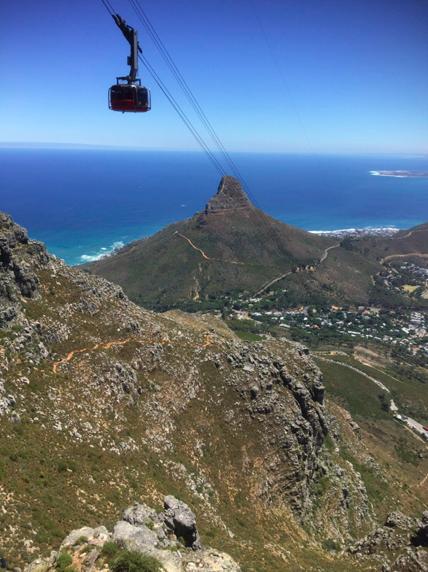Pujant a Table Mountain, a Ciutat del Cap, amb Signal HIll i Robben Island al fons.